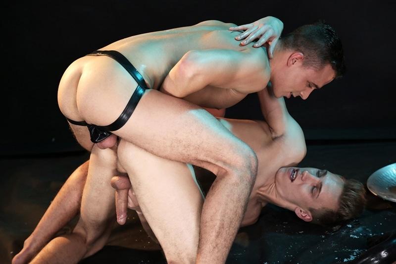 Florian Mraz sprays his jizz over his buddy Sven Laarson's ass