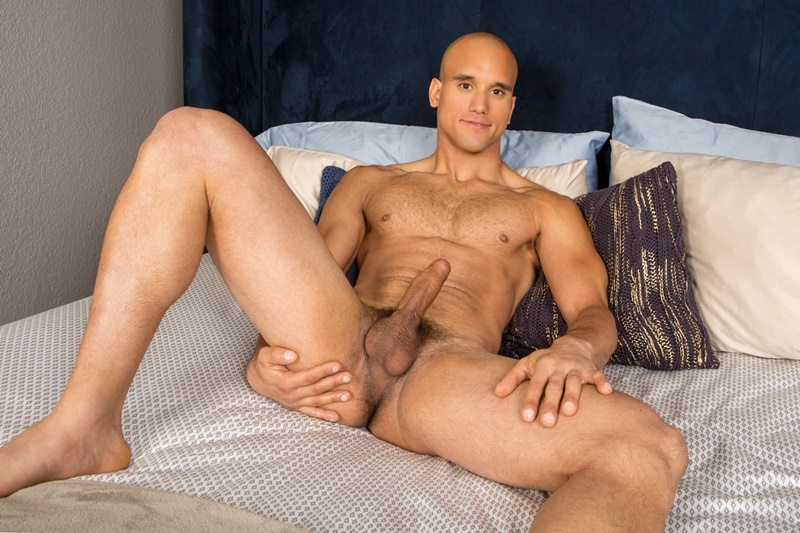 Sexy big muscle Caribbean hunk Frankie jerks out a huge cumload